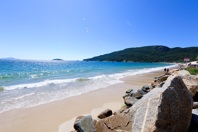 Compre sua passagem aérea para Florianópolis e conheça a Praia dos Ingleses.