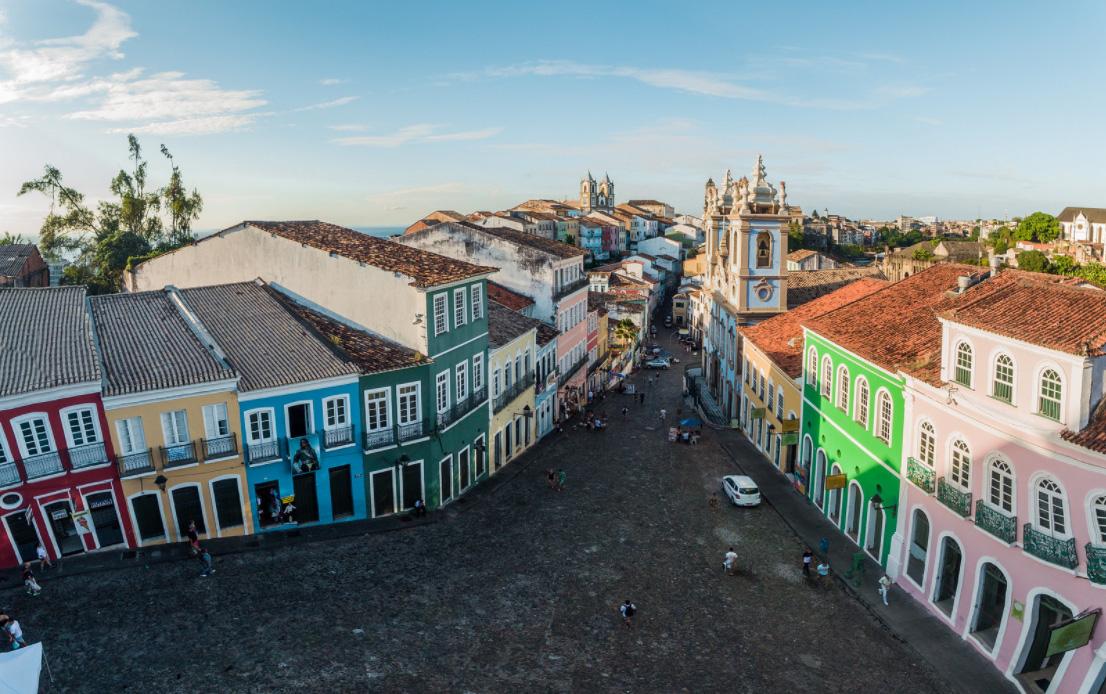 Imagem panorâmica de uma das ruas de Salvador.