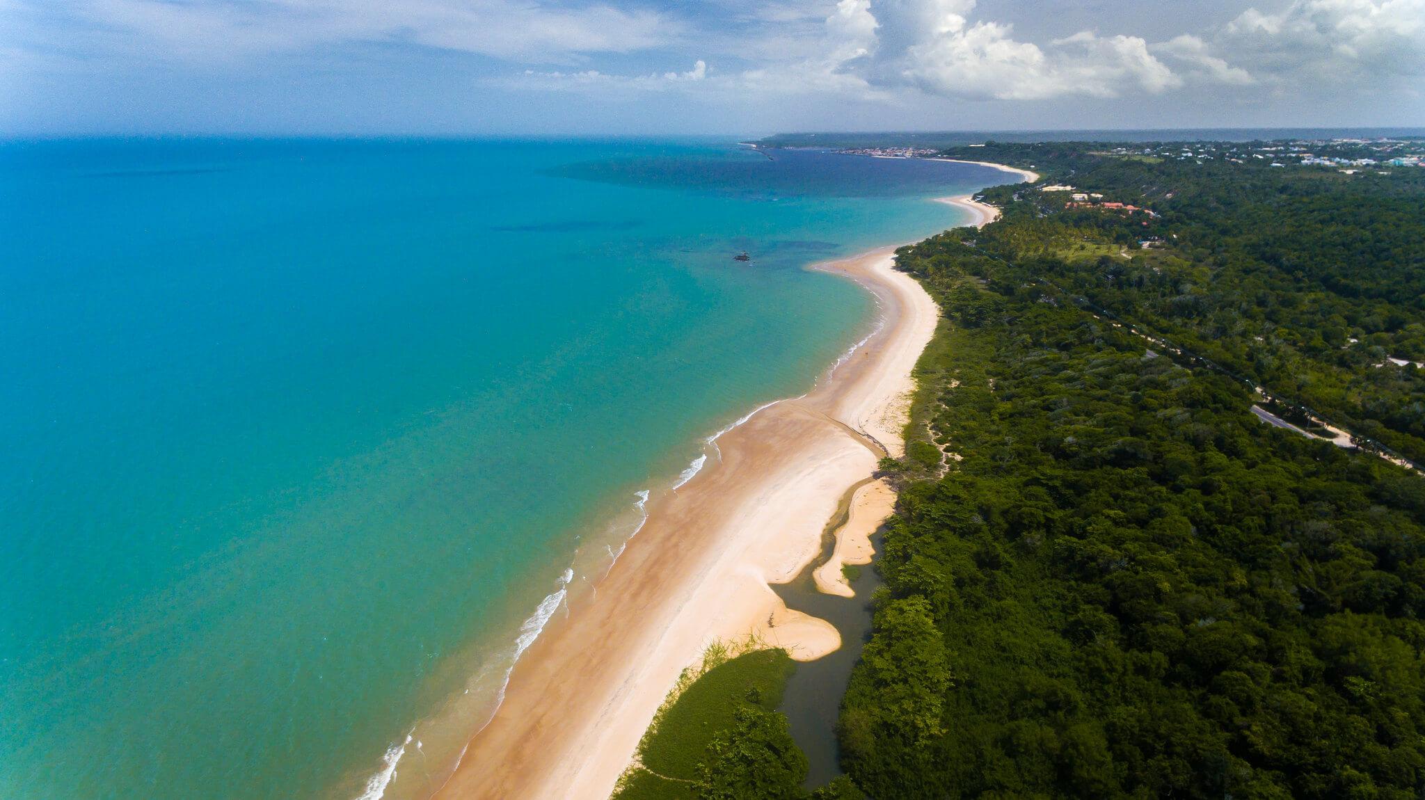 Vista aérea da Praia Mundaí em Porto Seguro.