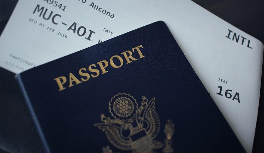Passaporte e passagem de avião